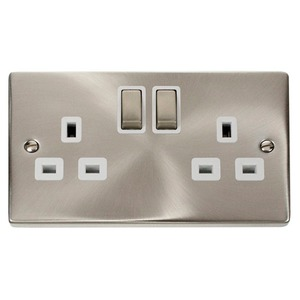 Scolmore Deco Ingot Switched Socket Outlet Twin Earth 2-Gang 2-Pole 13A Satin Chrome/White